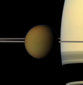 """טיטאן- הירח השני בגודלו במערכת השמש (גדול מכוכב חמה), היחיד עם אטמוספירה ופרט לכדוה""""א, גם הגוף היחיד שעל פניו נמצאו אגמים   NASA"""