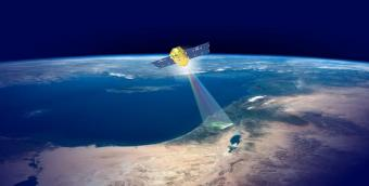 איור לוויין ונוס מרחף מעל כדור הארץ