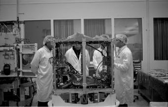 עבודה על הלוויין ונוס במפעל מבת, התעשייה האווירית לישראל | צילום: טל רוזנקרנץ, המחלקה לצילום, בצלאל