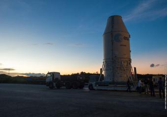 חופת השיגור, ובתוכה הלוויין ונוס, מוסעת אל כן השיגור | צילום: Service Optique CSG/ESA/CNES/ARIANESPACE