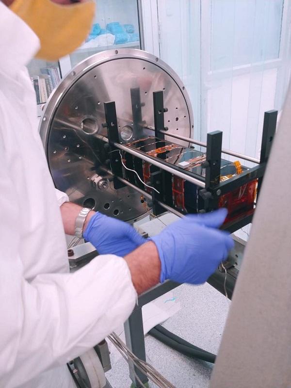 הלוויין טאוסאט בצאתו מבדיקות בחימום בוואקום.