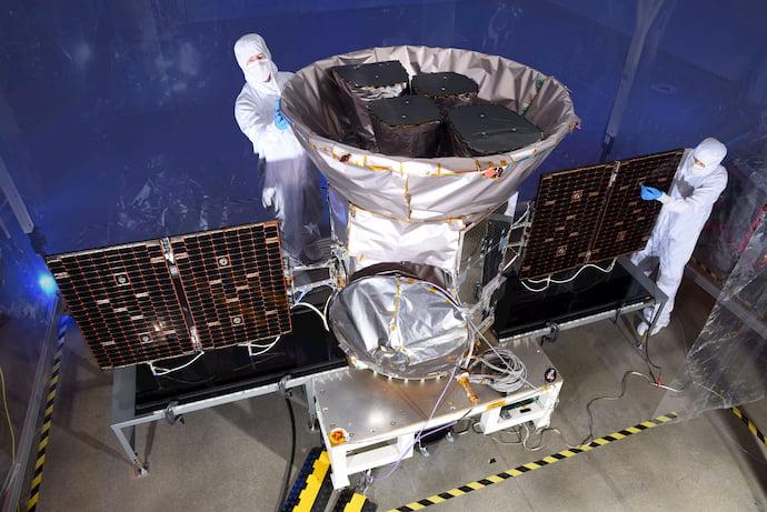 TESS בבנייה. טלסקופ החלל שוגר ב-2018 וכבר מצא כאלף מועמדים לכוכבי לכת מחוץ למערכת השמש. קרדיט: NASA