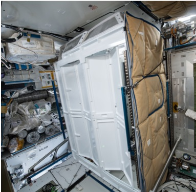 לפחות יש פרטיות: תא השירותים שה-UWMS יותקן בתוכו בחללית טרנקוויליטי. קרדיט: NASA