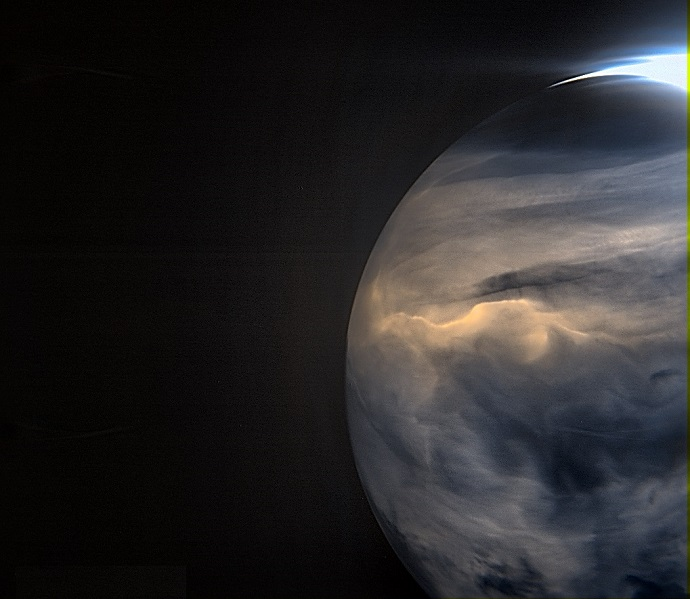 צילום בתת-אדום של כוכב הלכת נוגה על ידי המקפת אקאצוקי. בצילום ניתן לראות את נוגה מנסה להשיל חום בצדו החשוך.